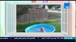 طفل صغير يسقط فى حوض الإستحمام دون خوف أثناء اللعب مع والدته