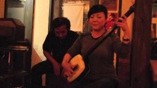 近所のBER SUGAR RAYでミニLIVE. プロの梅若さんが津軽三味線を弾いてく...