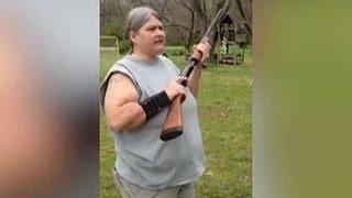 Американка показательно расстреляла детские iPhone. Видео(В США женщина показательно расстреляла из ружья несколько iPhone, принадлежащих ее сыновьям и дочери. Будьте..., 2016-04-11T09:09:55.000Z)