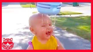 طفل لطيف يصادق مع الماء #3 ★ فيديو مضحك