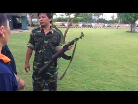 Sĩ quan huấn luyện bắn súng AK-47