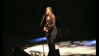 Tracy Chapman - Give Me One Reason (Live Solo European Tour 2008)