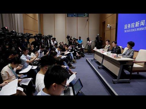في أول لقاء مع الرئيسة التنفيذية.. المحتجون في هونغ كونغ يطالبون باعادة السلطة للشعب …  - 18:54-2019 / 8 / 6