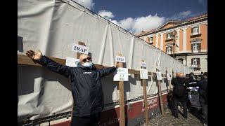 Gli imprenditori di Napoli in piazza con le croci: «Vogliamo solo lavorare»