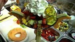 Coppa di gelato decorata con frutta fresca