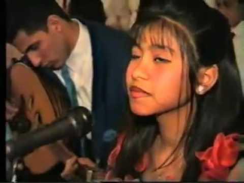 تسريب فيديو لشيرين تغني في المدرسة.. شاهدوا براءتها وتسريحة شعرها
