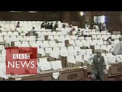 Nepal earthquake: Moment quake struck the parliament - BBC News