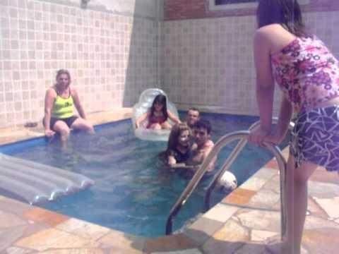 Hugo me jogando na piscina