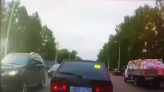 В Стерлитамаке свадебный кортеж перекрыл дорогу