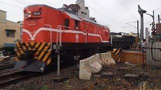 7201次貨物列車通過斗六市鎮北路平交道