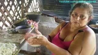 Gladis La Sirenita: Haciendo tortillas o chengas en comal de barro y hornilla de leña thumbnail