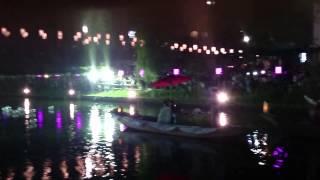 新郎新婦の舟の横を、 鹿島アントラーズマスコット『しかお』と潮来市の...