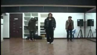 Kim Hyun Joong ensayando la coreografía de U R MAN 09/01/09.