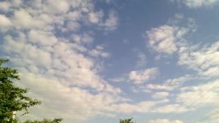 Пролетает самолёт в далеке   маленькая крупинка на фоне голубого неба с перистыми облаками