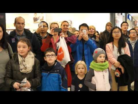 Flashmob des Collegium Musicum der RWTH Aachen im Aquis Plaza