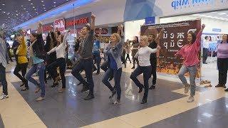 UTV. В торговом комплексе состоялся флешмоб с участием актеров музыкальной комедии