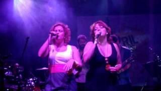Ylana Queiroga e Nena Queiroga cantam Aquela Rosa Vermelha