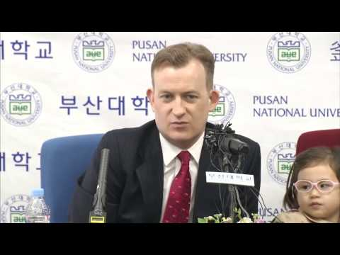 Robert Kelly's Family in the Press Conference of Pusan National University