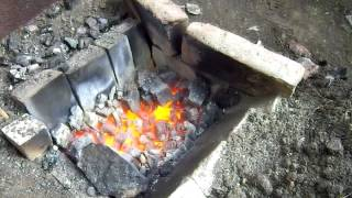 Эксперимент по плавке металлов в домашних условиях.  Experiment on melting metals at home(Попробовал дома соорудить горн для плавки металлов, в частности, латуни. Дело в том, что во время покопушек..., 2014-06-11T10:57:06.000Z)