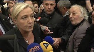 """Marine Le Pen à Calais parle de """"désespoir"""" de la population sur l"""