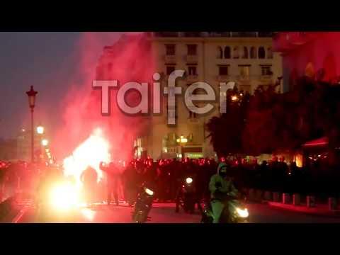 Οπαδοί ΠΑΟΚ έξω απο τα γραφεία του ΣΥΡΙΖΑ