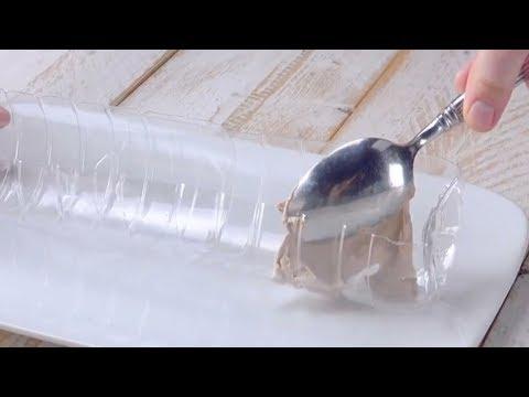 Taglia due bottiglie di plastica. Il risultato ripaga tutti gli sforzi.