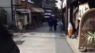 温泉街のみやげ物店から商品を強奪!!!