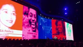 U2 tocando Ultraviolet na turnê comemorativa aos 30 anos do álbum T...