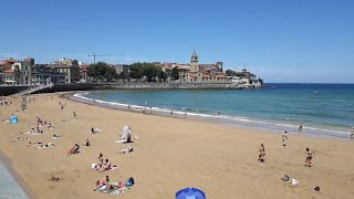 Bañistas en la playa de San Lorenzo de Gijón