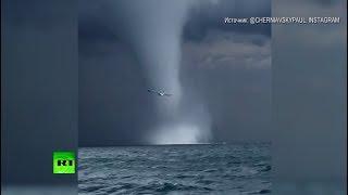 Смерч преследует рыболовецкое судно в Чёрном море — видео