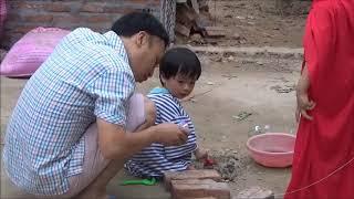 Chơi cùng con. bé Tung Chi với bố làm xe chở cát sỏi nước và xây nhà