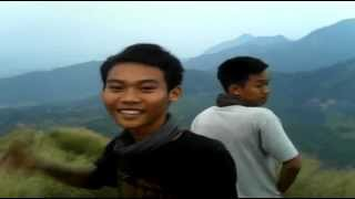Loncat Indah Tanpa Pengaman Di Gunung Batu Jonggo