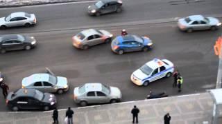 Избиение толпой таксистов пассажира в Белгороде(К нам в руки попало интересное видео, правда оно снято не на видеорегистратор, а обычной любительской камер..., 2013-01-28T08:20:42.000Z)