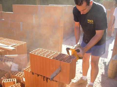 D coupes des briques monomur youtube - Casser un mur en brique ...