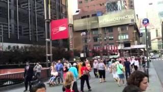 NYブロードウェイ50丁目の雑踏に消えゆくNisebouzu thumbnail