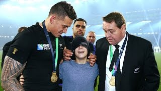 Zapętlaj Sonny Bill Williams gives away RWC medal to fan! HD version | World Rugby