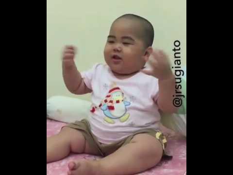 Video Bayi Lucu - Bayi tatan jadi tukang parkir