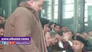 والدة متهم فى أحداث العدوة لرئيس المحكمة: أحب على يدك عاوزة أشوف ابنى .. فيديو وصور