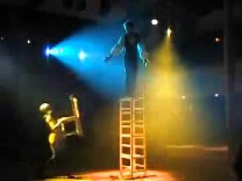 Equilibre sur chaises artiste de cirque Marseille