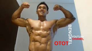Baixar Flexing Muscle And Bodybuilding Pose After Wake Up