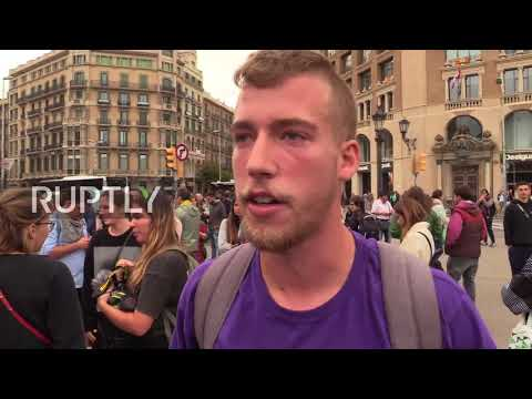 Spain: Police separate groups protesting for and against referendum on Plaza Catalunya