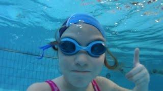 Маша купается в бассейне.