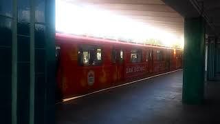Поезд метро в рекламе наша ряба. Киев.2018.