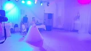 Невеста спела жинеху на свадьбе
