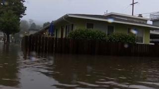 بالفيديو.. مياه الفيضانات تجتاح شوارع كاليفورنيا