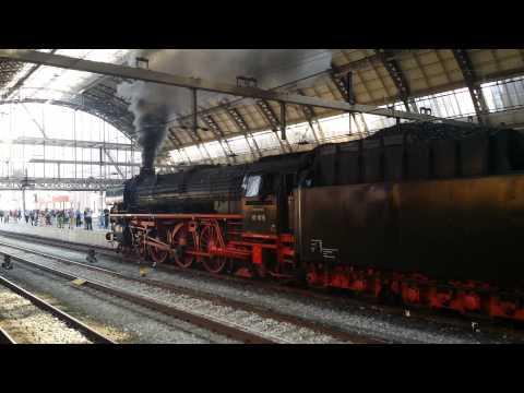 SSN Stoomlocomotief 01 1075 aankomst en vertrek van Amsterdam Centraal richting Rotterdam Centraal