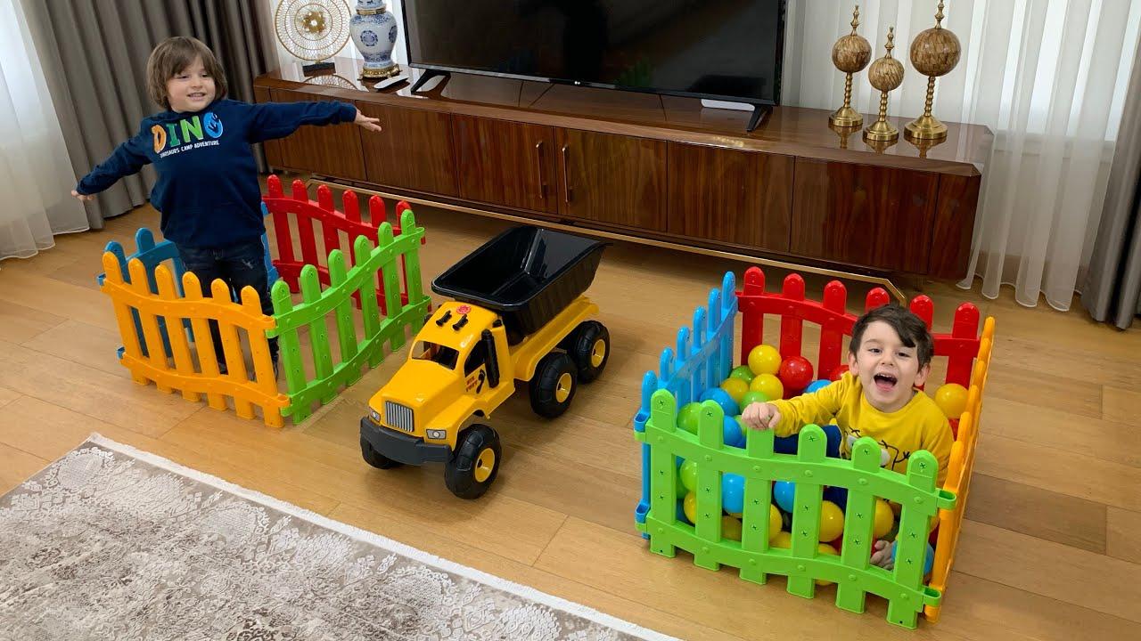 Download Yusuf ve Fatih selim renkli topları kamyonun kasasında taşıma yarışı yapıyor🤩Çokk hızlı olmalılar🤪