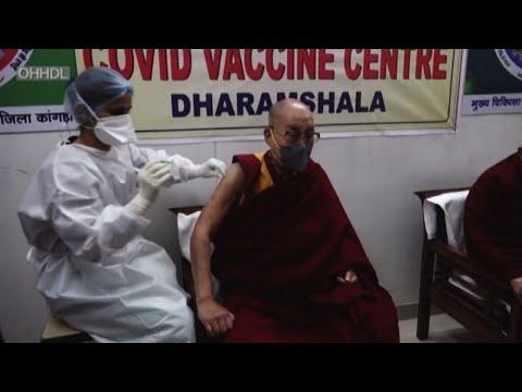 Il Dalai Lama si vaccina contro il Covid-19