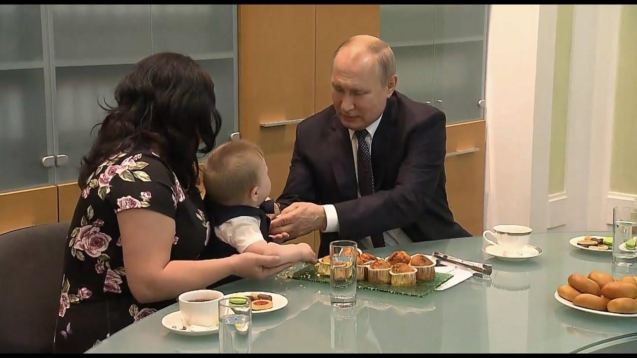 Маленький Вова и бумажка от кекса: Владимир Путин встретился с семьёй Сыропятовых