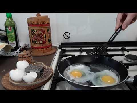 Вопрос: Как готовить яичницу болтунью без молока?